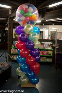 Carnavalszuil in groepskleuren en gevulde topballon
