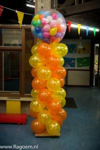 (35) Carnavalszuil in groepskleuren en gevulde topballon